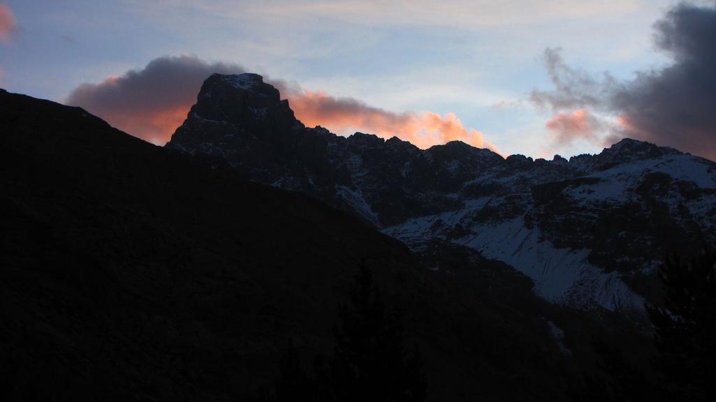 le prime luci del sole da Fouillouse verso il Brec de Chambeyron (22-11-2009)
