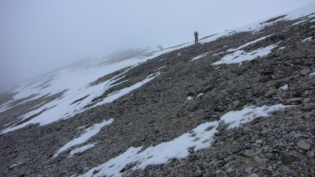 Alessandro sale nella parte alta del crestone verso l'anticima (22-11-2009)