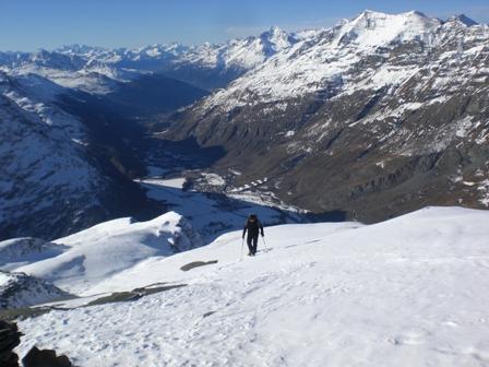 L'ultimo panoramico e facile tratto di cresta, dalla cima. A fondovalle, Bessans.