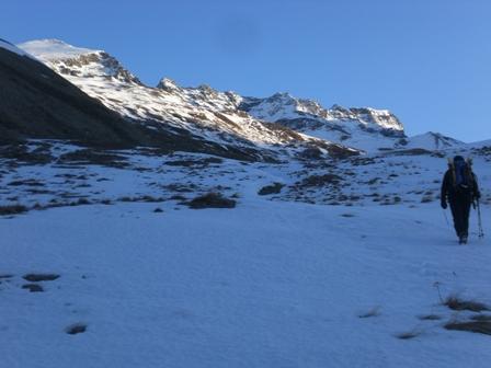 A sx il triangolo sommitale già ben visibile dai cartelli indicatori nei pressi degli alpeggi.