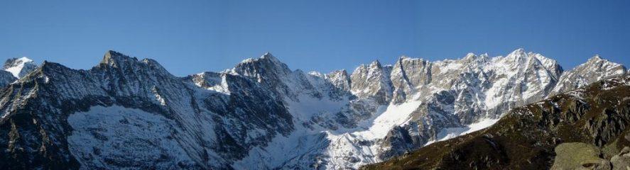 Percorrendo il sentiero balcone, colpo d'occhio sulla testata della Val Grande