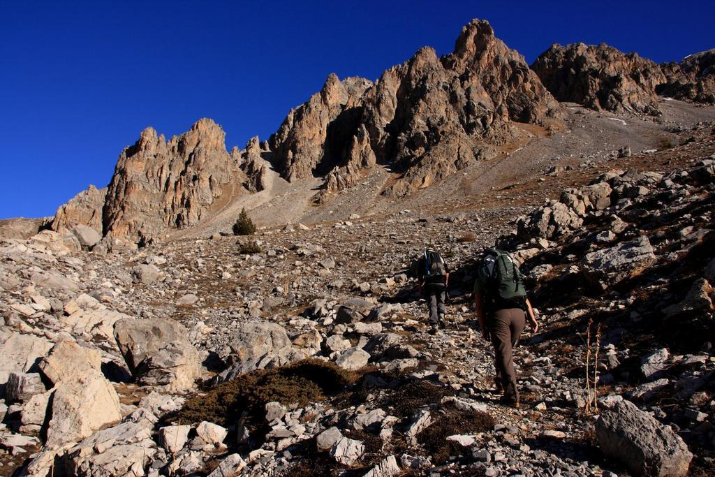 Davide e Maria Carla salgono lungo il sentiero che porta al Colle Servagno (28-11-2009)