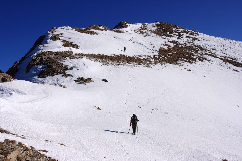 i miei 2 compagni di gita stanno per raggiungere la cima (28-11-2009)