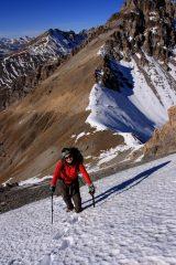 Maria Carla sale il ripido pendio nevoso sotto la cresta Nord-Ovest (28-11-2009)