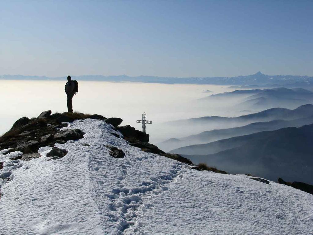 nebbia sulla piana e croce di vetta