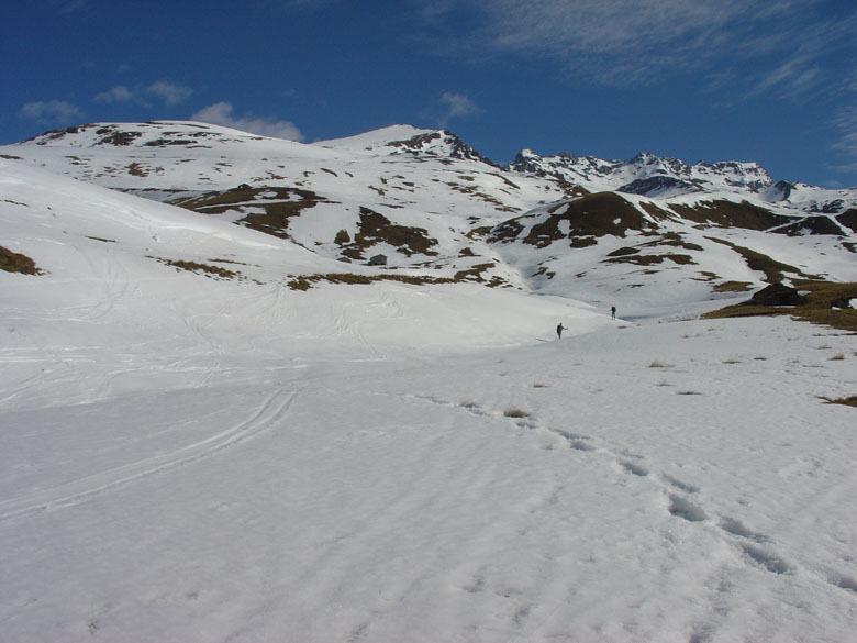 Sguardo dagli alpeggi verso la vetta triangolare dell'Ouille Allegra