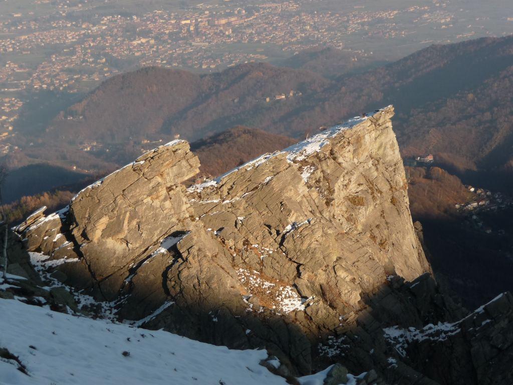 la rocca parey all'ultimo sole, vista da sotto gli ex-impianti