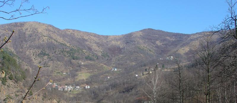Panoramica da Toglie, al centro il Turo e Colle della Croce, a sinistra in basso le case Maddalene