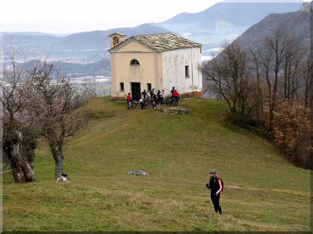 ...sosta alla bella Chiesa e zona di Camporossetto...