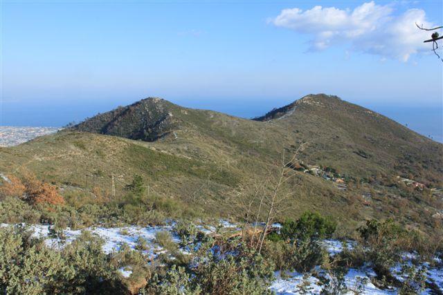 Verso il Castellaro e il Bignone, al centro la sella dove si scende verso Solva