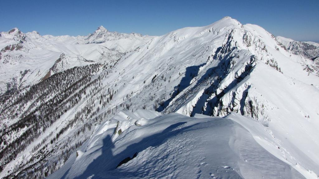 panorami dalla cima : la Punta Cairi (in primo piano) e Monviso (a sinistra) (27-12-2009)
