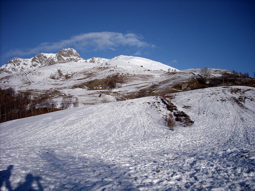 partenza, poca neve e tanta erba e pietre....santa strada!!!