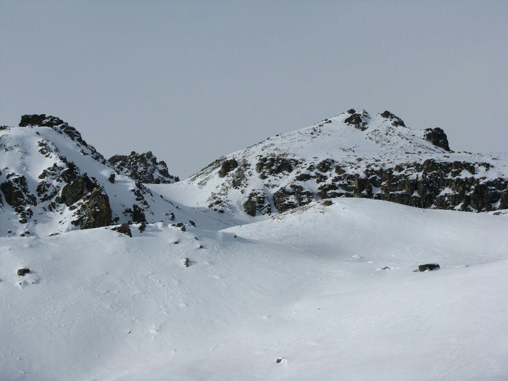 a sinistra il pendio di salita e la cresta finale