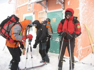 Ore 8.30 circa la tormenta infuria mentre partiamo  per andare incontro agli aspiranti scialpinisti.