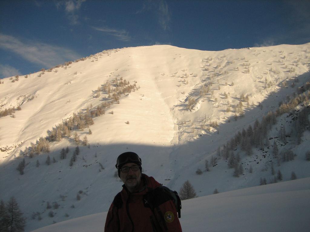 Stefano posa al cospetto delle cima Garlenda, ricca di itinerari e idonea per alcune linee di discesa ripide.
