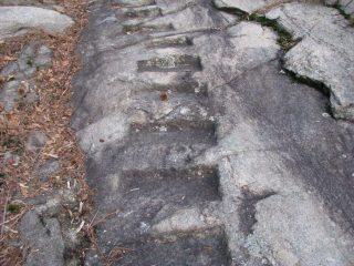 I bei gradini intagliati nella roccia, percorrendo il sentiero di salita
