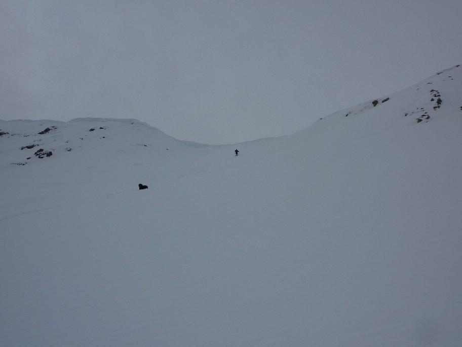 discesa dal colle carico di cornici e neve
