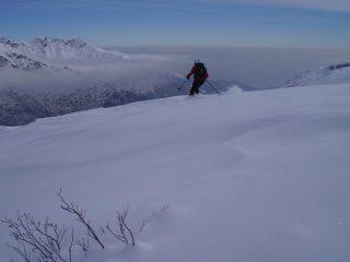 Sciatore anonimo in discesa
