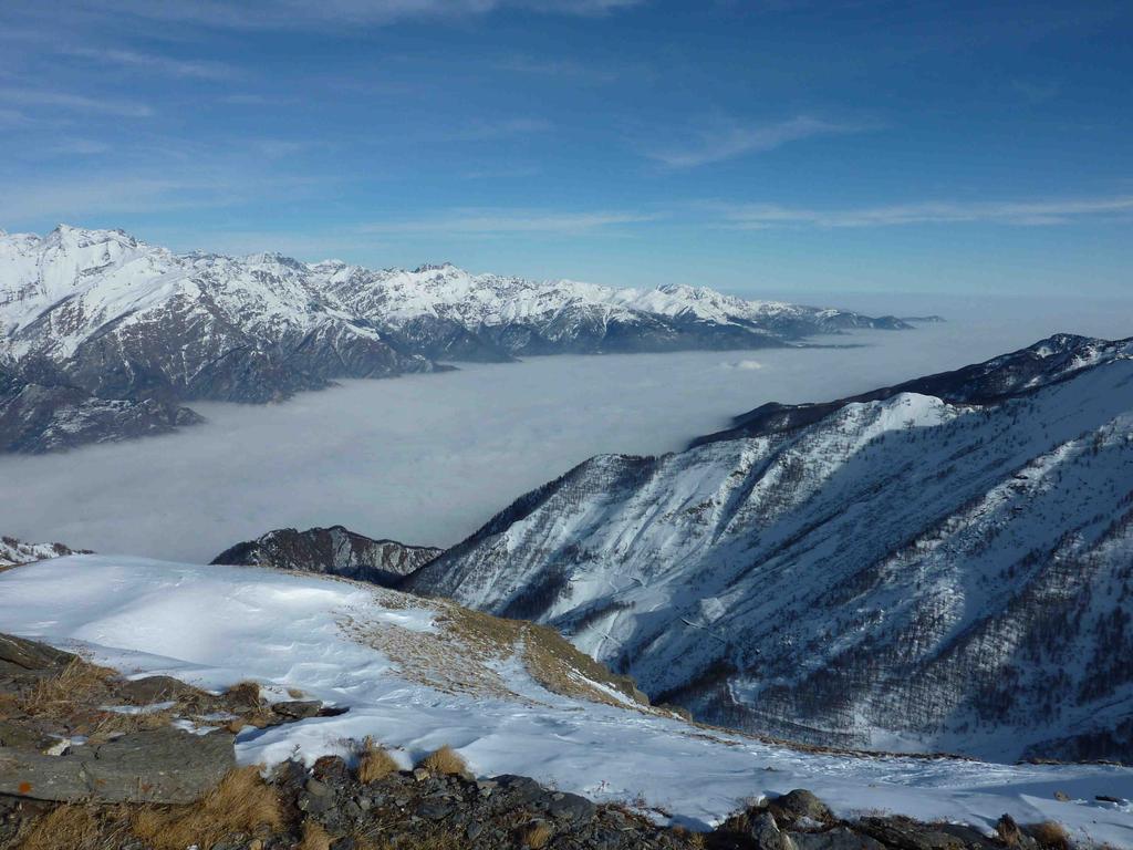 Il fiordo della val Susa che sfocia nel mare di nuvole