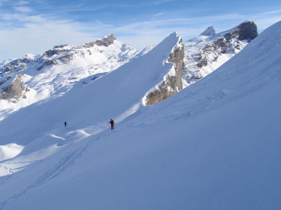 sullo sfondo altre cime scialpinistiche