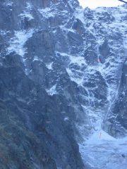 sulla fil a plomb si notano alpinisti sul tiro chiave