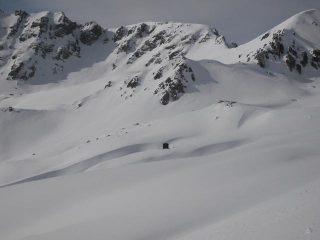 il piccolo bivacco Cavarero in un mare di neve