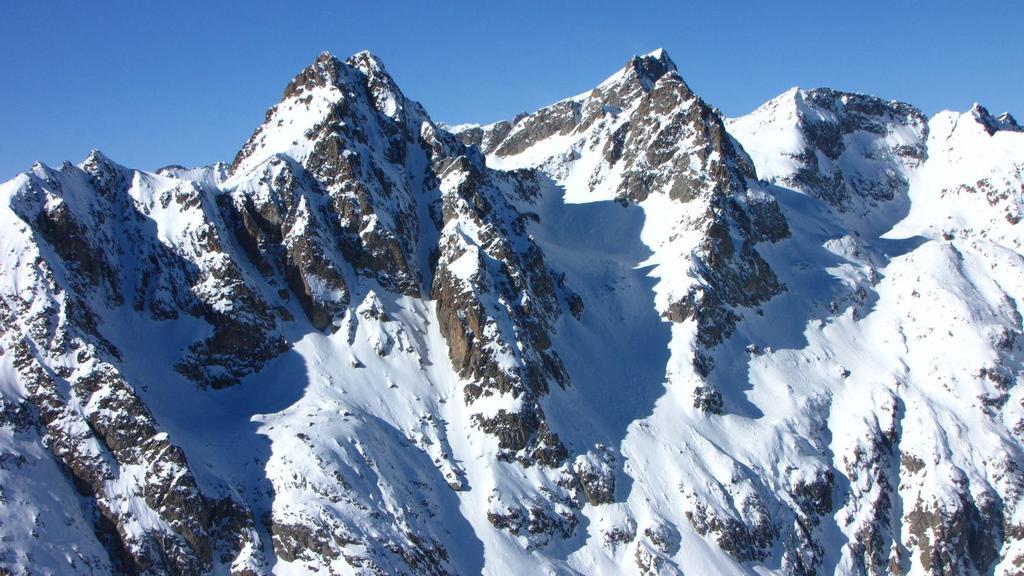 panorami dalla cima : Mont Chamineyes (a sinistra) e Monte Clapier (a destra) (31-1-2010)
