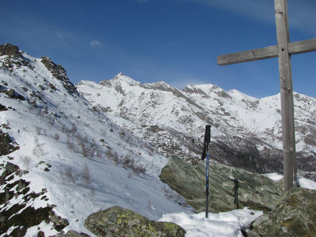 La croce in legno, con sfondo il Monte Colombo