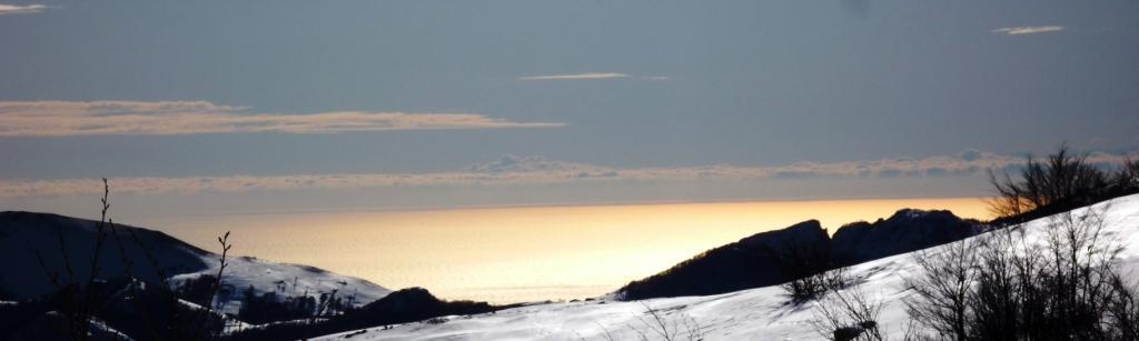 il mare dorato dal sole mattutino