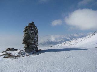 Torretta in pietra del Bric Paglie con sfondo le montagne Canavesane