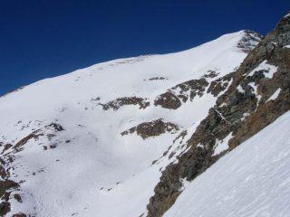 Il fantastico pendio finale del Palon, in primo piano parte delle cengie e delle rocce del traverso.