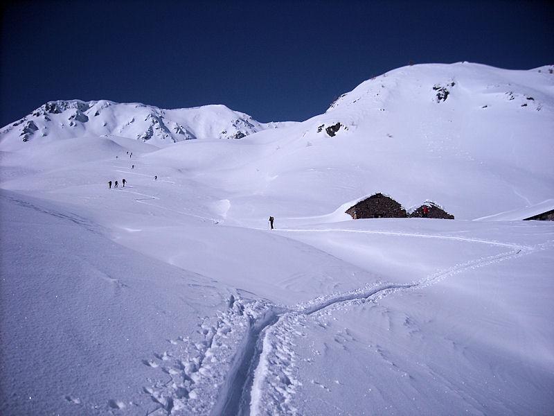 salendo agli alpeggi, solo tracce di salita, tutto immacolato sulla bella polverella!