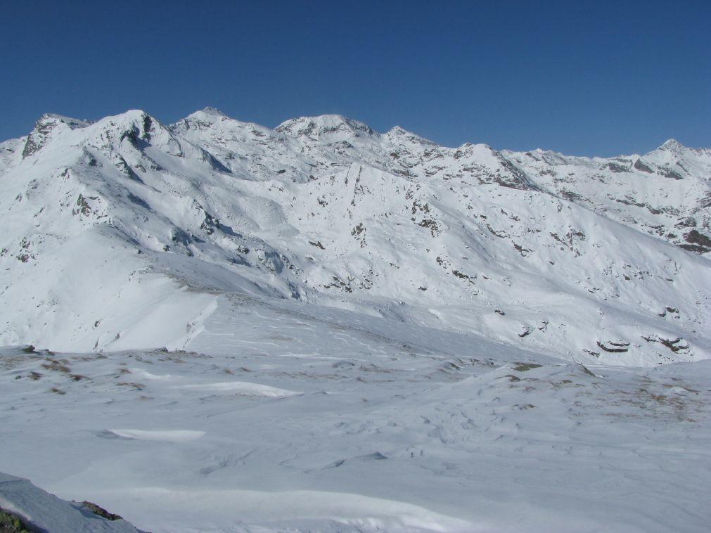 La cresta sommitale spazzata dal vento con sfondo l'alta Valchiusella