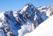 l'elegante piramide del Mont Chamineries, sullo sfondo il Gelas
