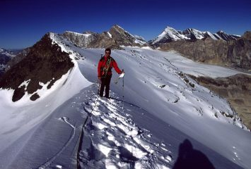 Gianni sulla cresta nevosa sommitale, a pochi minuti dalla vetta (28-9-2002)
