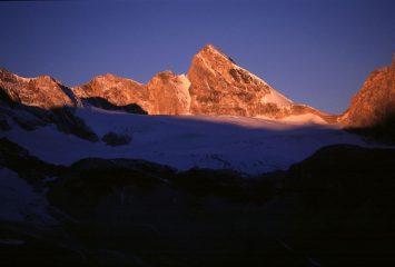 primissime luci del sole sulla Punta Tsanteleina, dal ghiacciaio di Fond (28-9-2002)
