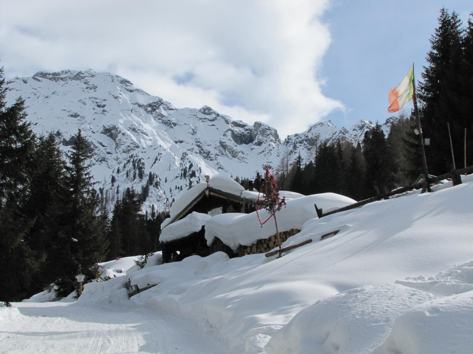 nella Val Monzoni la salita prosegue su pista battuta per slittini