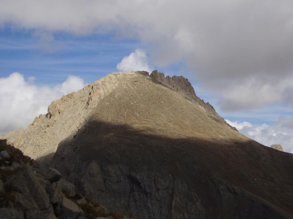 Dalla Punta Orientale del Bec Roux vista sulla Pointe  d'Aval  che copre parzialmente l'Aiguille de Chambeyron