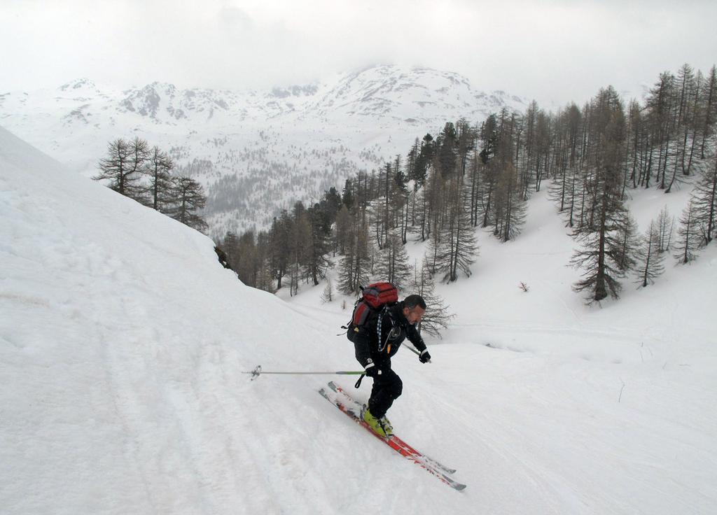 Sotto il rifugio: sciatore