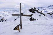 la croce di vetta della Punta Ostanetta e la cresta di collegamento con la Punta del Rasil (27-3-2010)