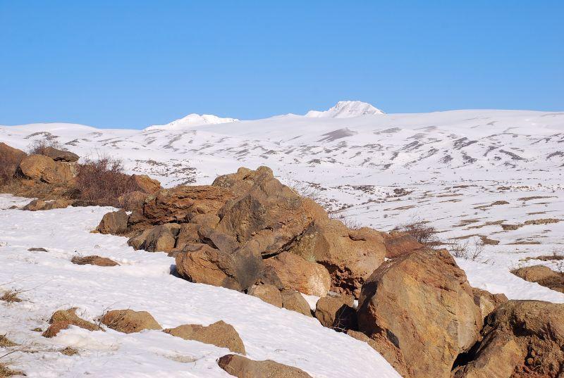 la salita verso i 2200 m, in alto gli Aragats