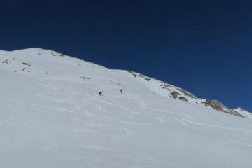 Si scende su pendii perfetti per lo sci   I   On descende sur des pentes parfaites pour le ski   I   Perfect slopes for the descent   I   Man fährt auf perfekten Skihängen ab   I   Bajando por pendientes ideales para esquiar