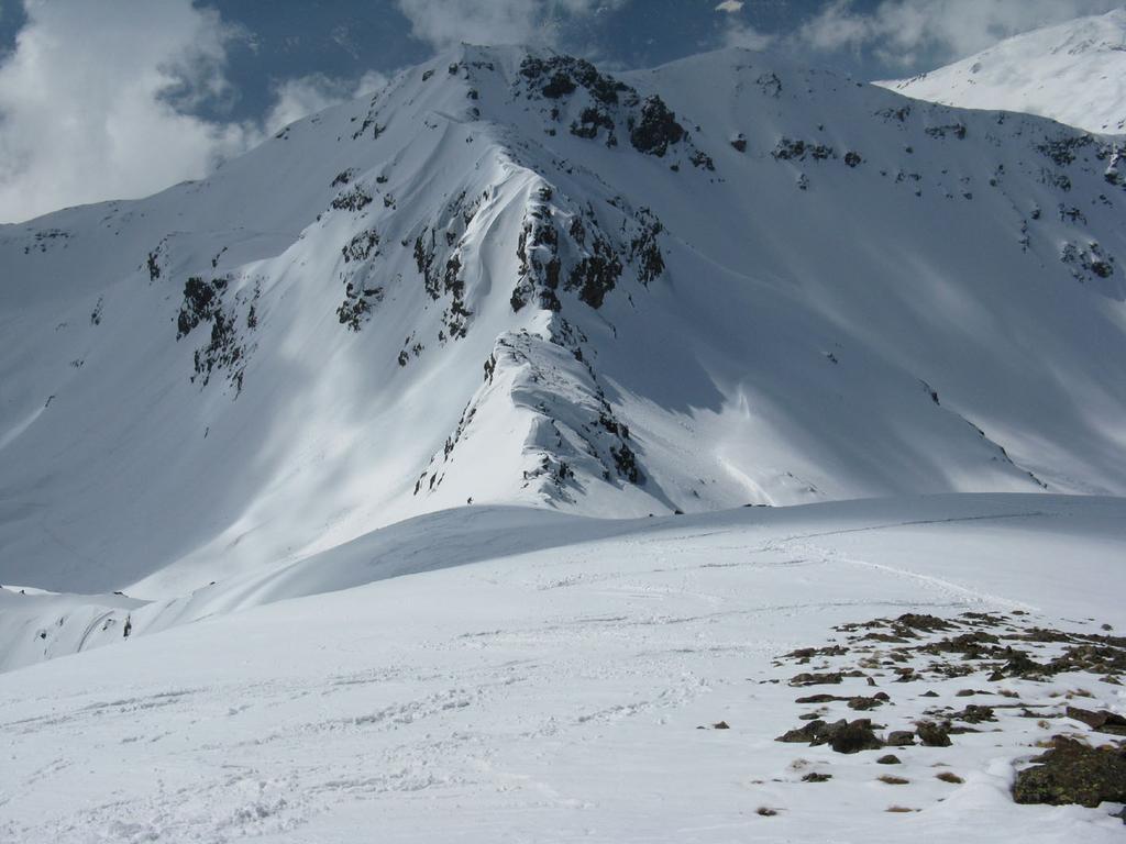 Cresta di discesa dalla Rossa di Vertosan con P. Leissè suulo sfondo