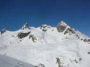 L' itinerario per il Bec Molère (nella foto prima punta a destra del traliccio) fotografato dall' itinerario che sale al Colle Santana. All' estremità destra il Bec Laris.