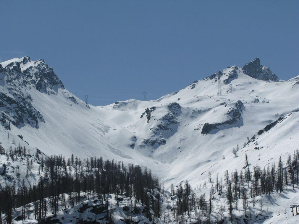 Zoom panoramico verso il colle, dai piani di Laris di sotto