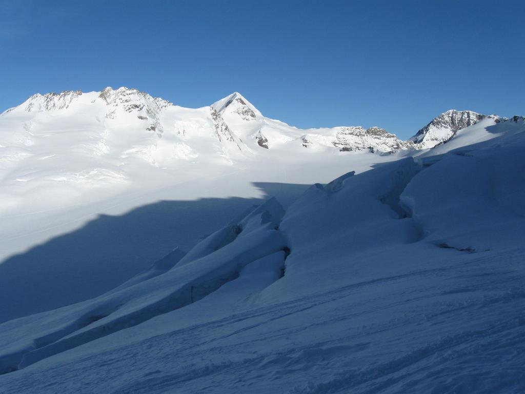 l'Ewigschneefeld, sullo sfondo Monch ed Eiger