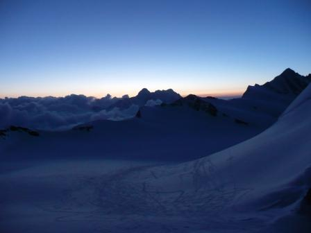 Partenza all'alba: sulla dx la cima
