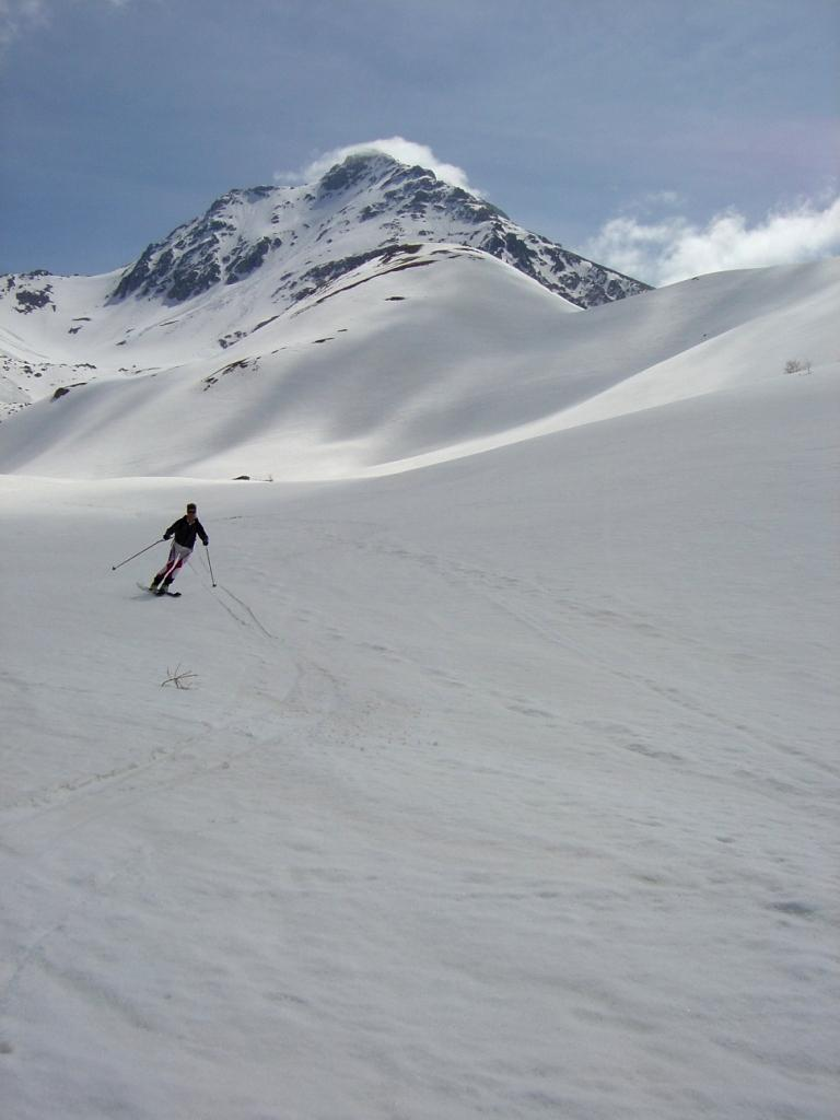 In discesa dal col du Vallonnet con la cima alle spalle
