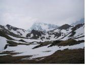 La neve scarseggia nella conca di By...la piramide al fondo e' il M.Gele'