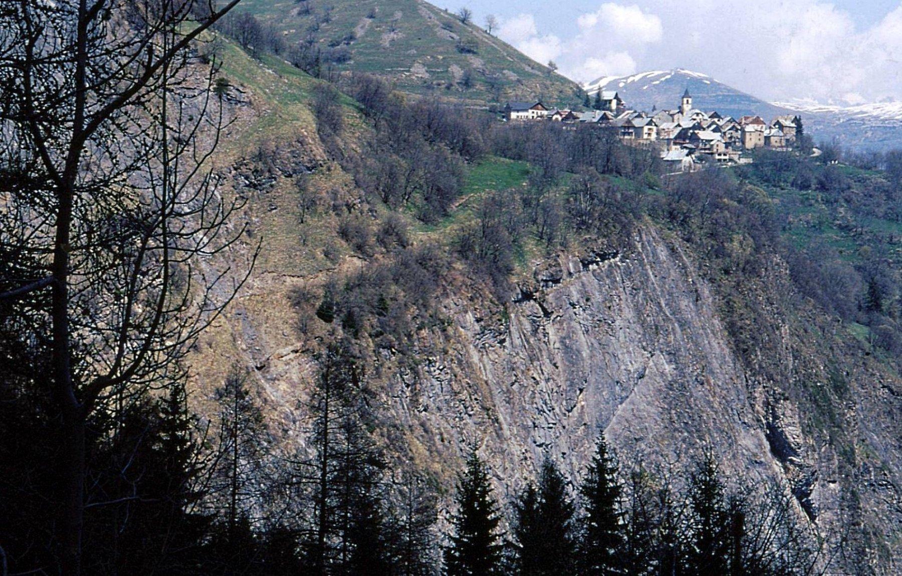 ben visibile un tratto del sentiero esposto che parte da Villard Notre Dame